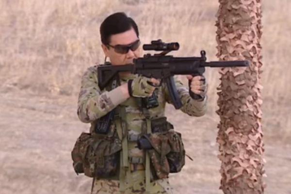 Туркменбаши в роли «Рембо» стреляет и метает ножи