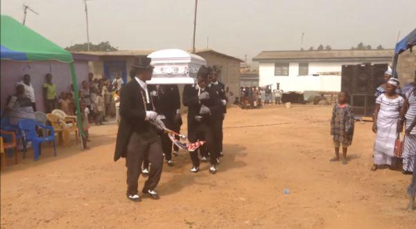 Задорные пляски похоронных танцоров из Ганы