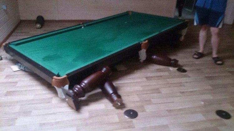 Молодежи чем-то не угодил бильярдный стол