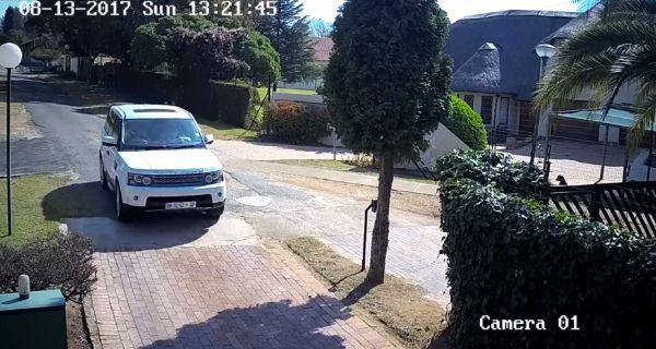 В ЮАР владелица Range Rover за секунду поняла, что ее сейчас будут грабить и приняла правильное решение