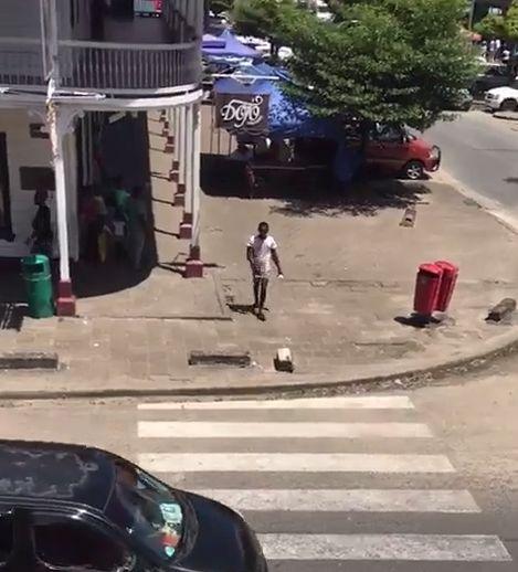 Африканский житель переходит дорогу по пешеходу