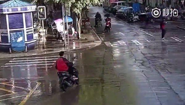 Ловкий мотоциклист приземлился на ноги после столкновения с машиной