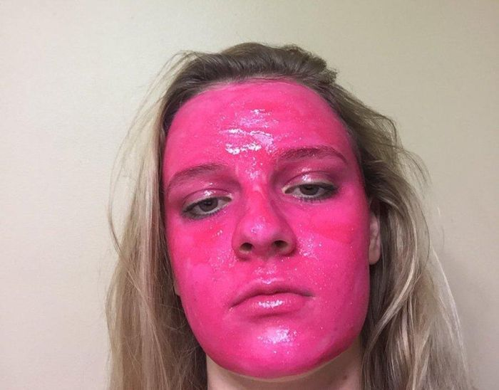 Девушка в шутку нанесла на лицо краску с блестками, а она не смывается