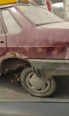 В Краснодаре Лада, с заблокированными задними колесами, попыталась начать движение, но неудачно