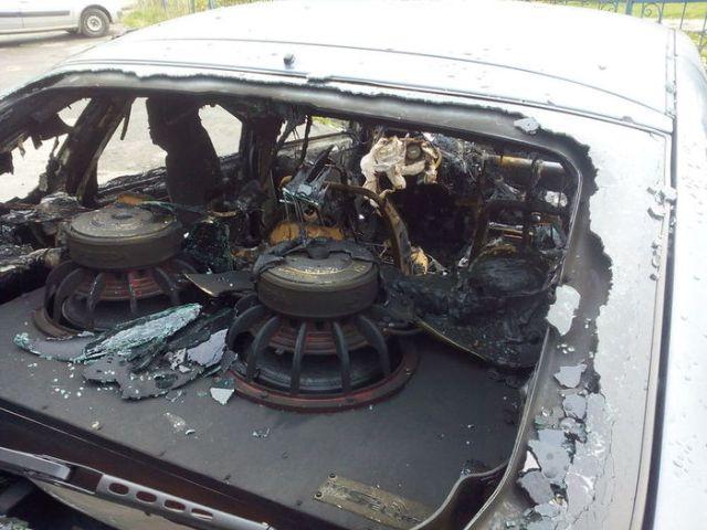 Соседи сожгли автомобиль любителя громкой музыки
