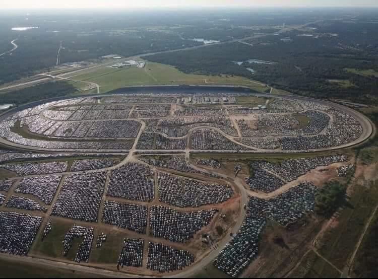 В Техасе утилизируют десятки тысяч автомобилей после урагана Харви