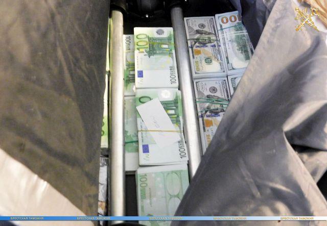 Российский контрабандист попытался провезти через границу гору налички