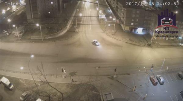В Красноярске водитель иномарки снес светофор