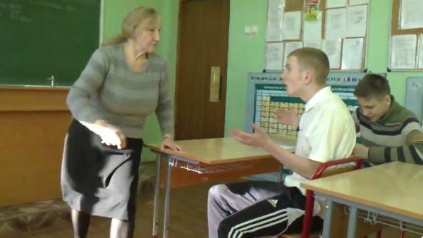 Парни в ПТУ издеваются над преподавателем