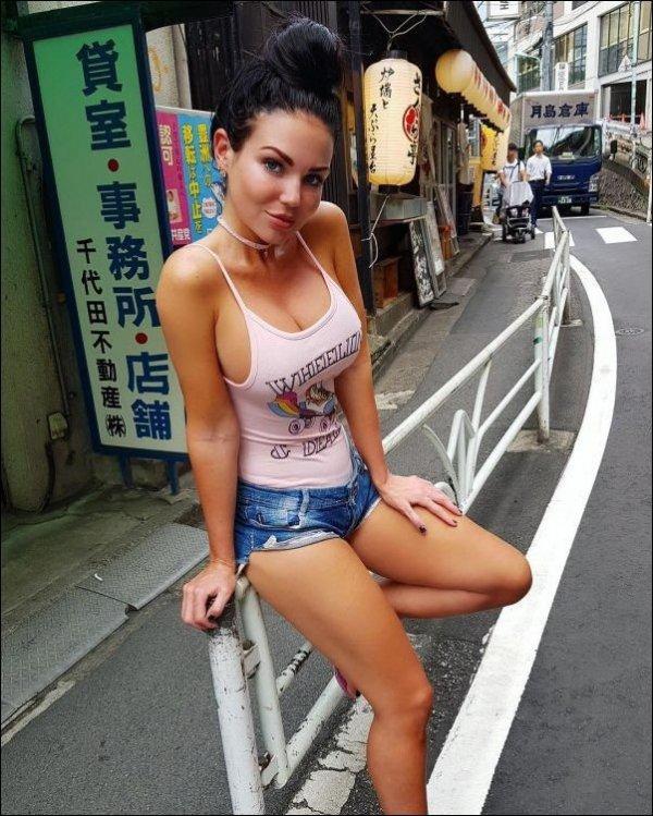 Голые девки на улице фотогалереи