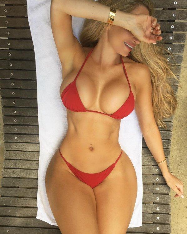 Девушки в красных купальниках