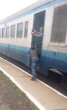 В Закарпатской области Украины пассажирам пришлось толкать состав заглохшего поезда