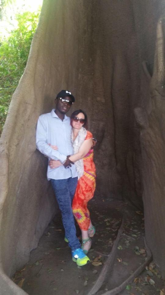 Женщина бросила мужа с 9 детьми, чтобы уехать к молодому африканскому любовнику в Гамбию
