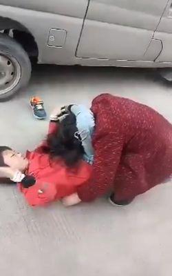 Китайский мальчик не желает ходит в школу