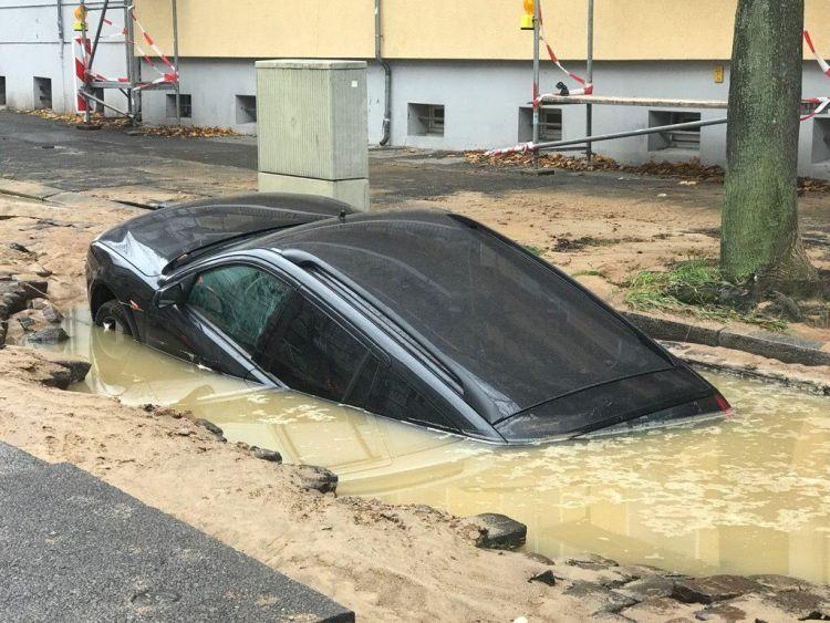 Автомобиль утонул прямо в центре города