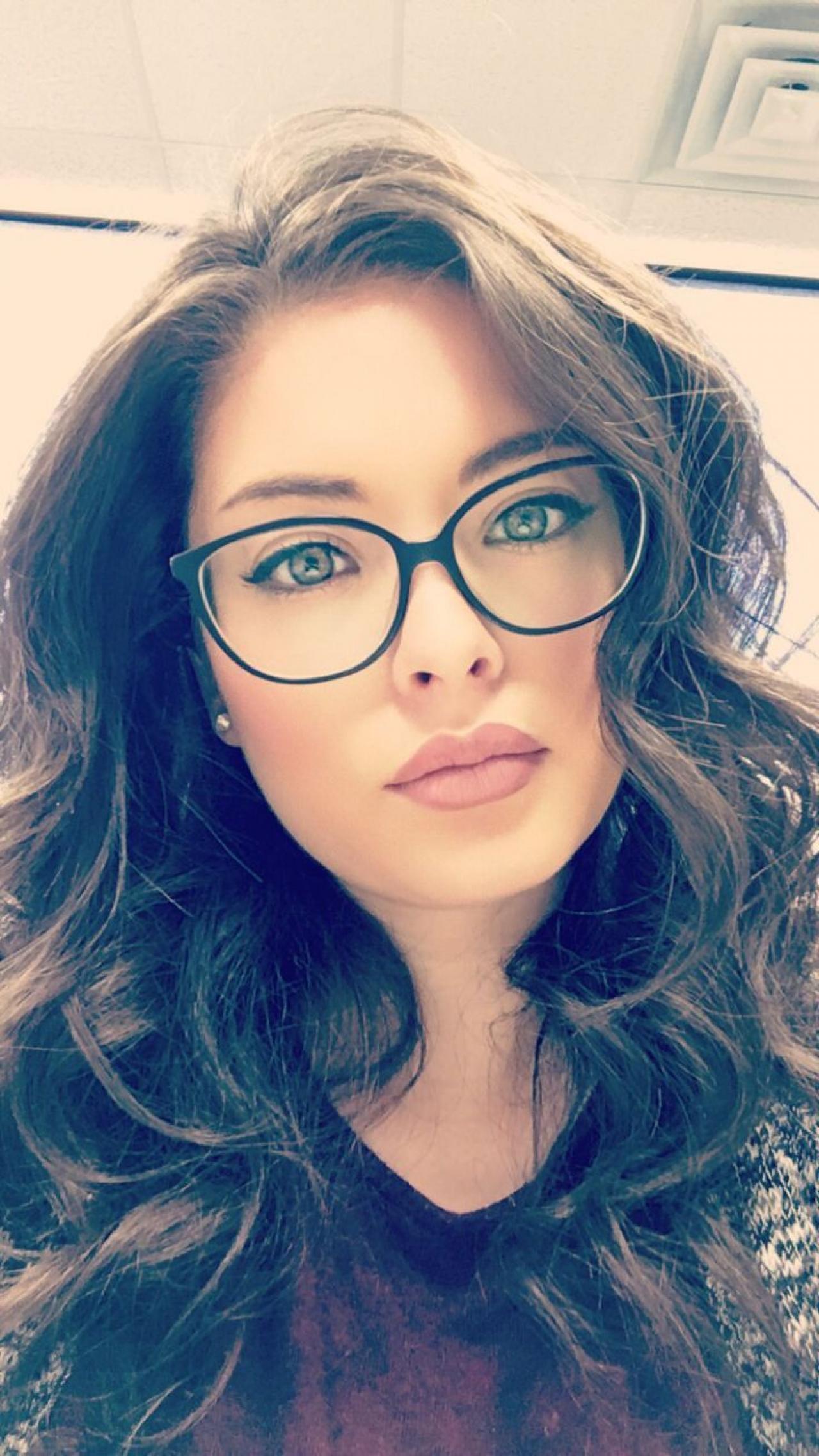 Неповторимое очарование девушек в очках