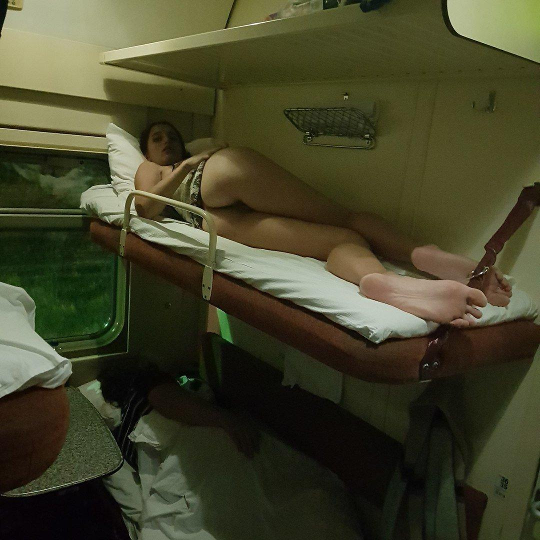 фото засветы девушек в плацкартном вагоне поезда