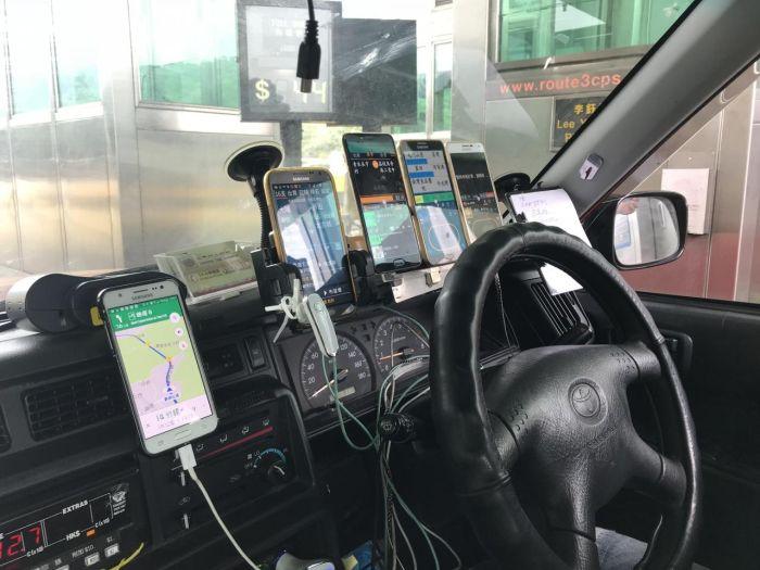 Зачем водителям такси в Гонконг нужны десяток смартфонов перед глазами