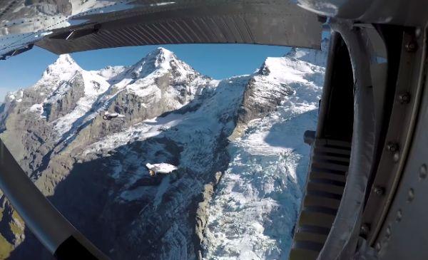 Экстремалы в вингсьютах залетели в движущийся самолёт