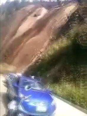 Сильнейшие дожди в Индии привели к обвалам грунта в горной местности