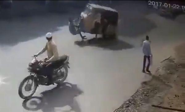 Индийский Автоваз встал на дыбы и снес прохожего