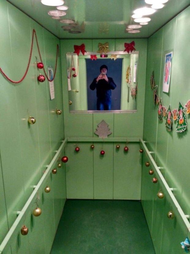 Соседи украсили лифт к Новому году