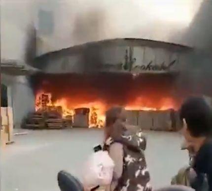 Пылающий огнем человек выскочил из горящего здания в Китае
