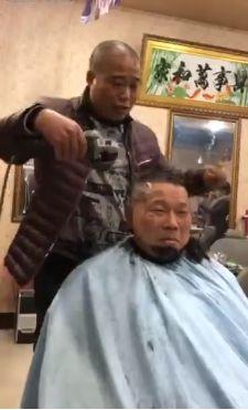 Болгарка в руках китайского парикмахера творит чудеса