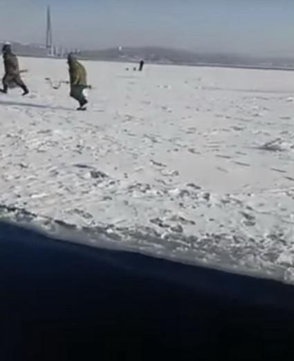 Когда льдину с рыбаками уносит в океан - главное оказаться с нужной стороны трещины