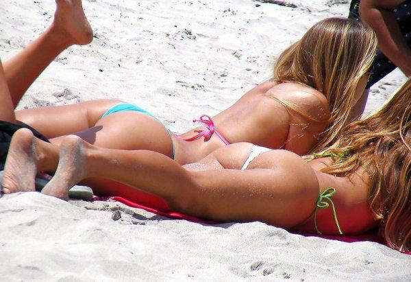 Лето. Пляж. Вид сзади лучше