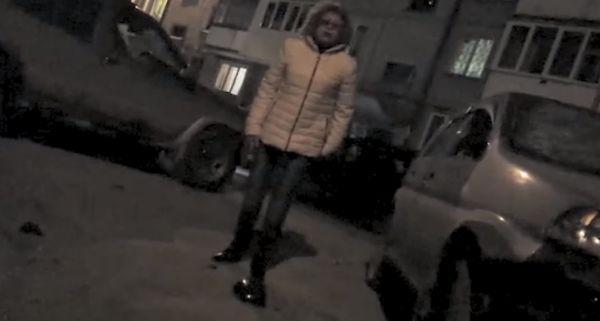 Дама с молотком уничтожает автомобиль