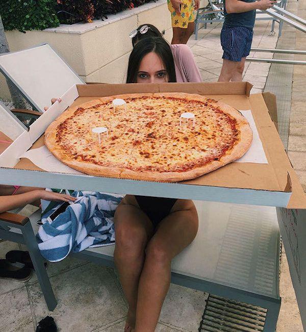 лег две девушки заказали пиццу видео миранды проблемы