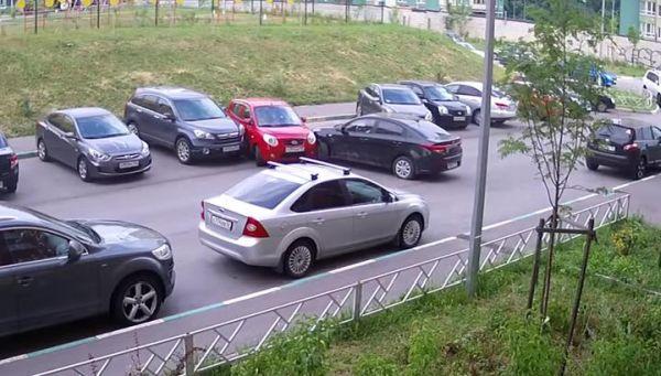 Девушка за минуту повредила четыре автомобиля