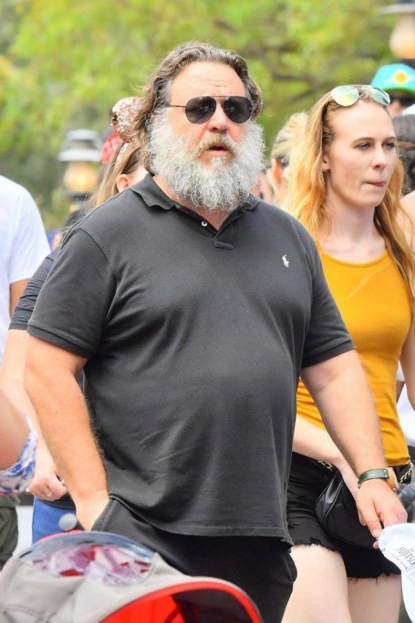 Заросший Рассел Кроу прогулялся по Диснейленду, но его никто не узнал