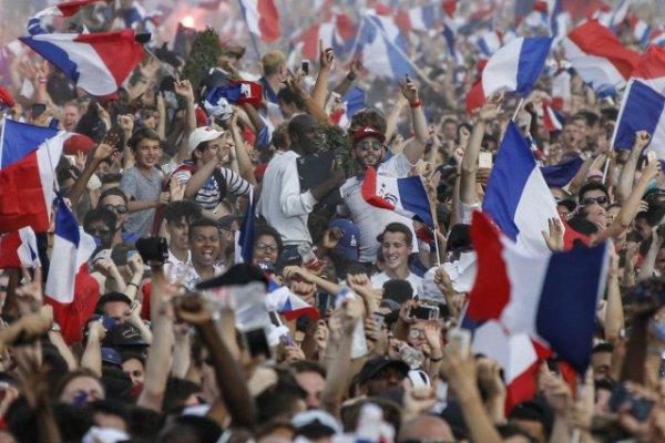 Франция празднует победу своей сборной