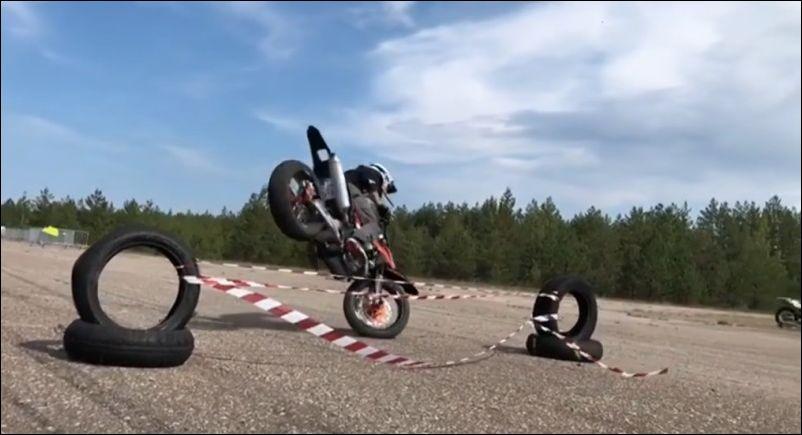 Прыжок на мотоцикле через препятствие