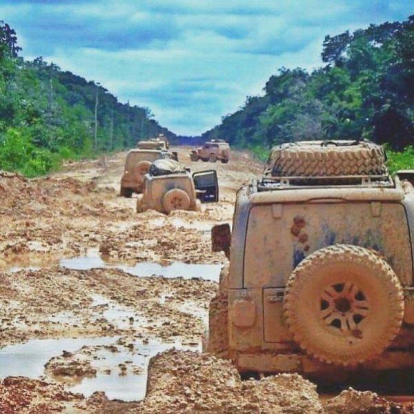 Хороший джип застрянет там, куда не каждый трактор доедет