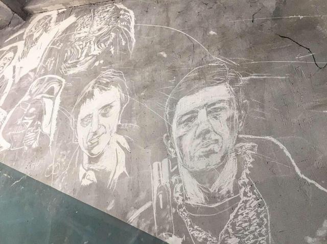 Старый подъезд стал арт-объектом после действий неизвестного художника