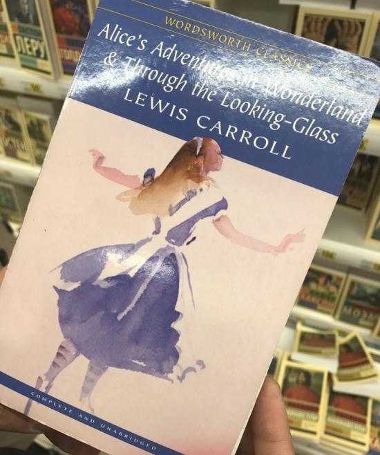 Книжка с запиской на полке в магазине