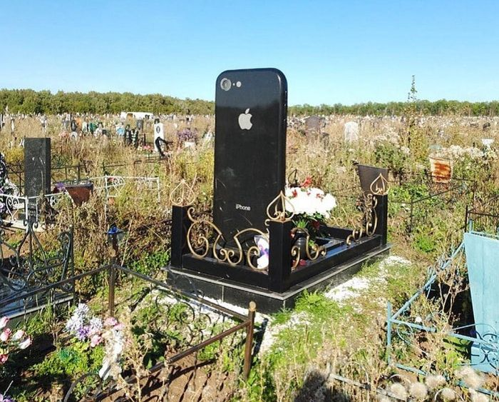 В Уфе на могилу молодой девушки поставили памятник в виде iPhone