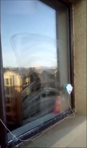 Мойка окна с помощью магнита