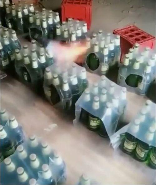 Упаковка бутылок в пленку