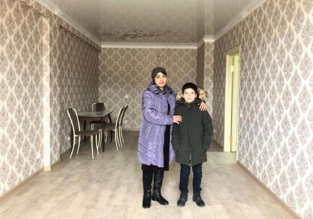 Мэр Дербента подарил квартиру семье мальчика, который перед школой помогал маме убирать улицы