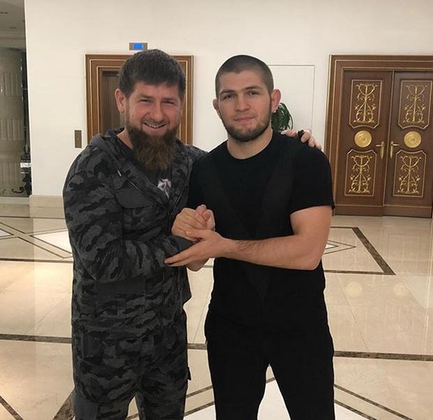 Рамзан Кадыров подарил отцу Хабиба Нурмагомедова внедорожник Mercedes