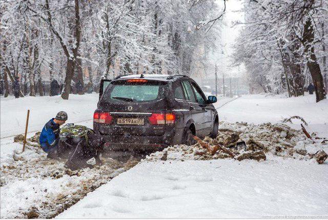 Московский водитель хотел объехать пробку, но не смог всячина