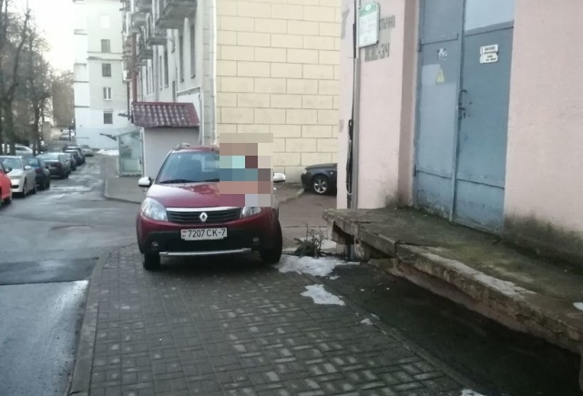 Водитель из Белоруссии поплатился за парковку на тротуаре возле дома
