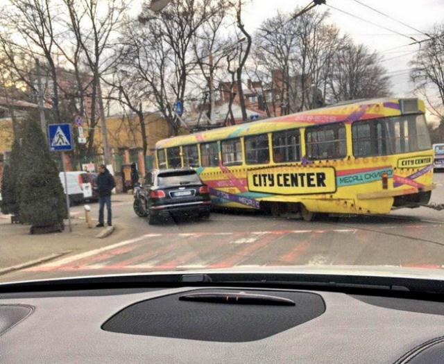 Жена одесского чиновника Елена Урбанская на Bentley за 22 млн рублей врезалась в трамвай