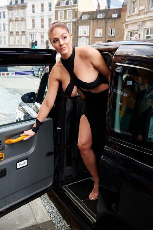 """Британка Стефани Барнс прогулялась в откровенном """"платье Ким Кардашьян"""" по улицам Лондона"""