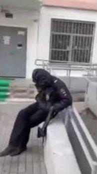 Двое пьяных полицейских с оружием уснули прямо на улице
