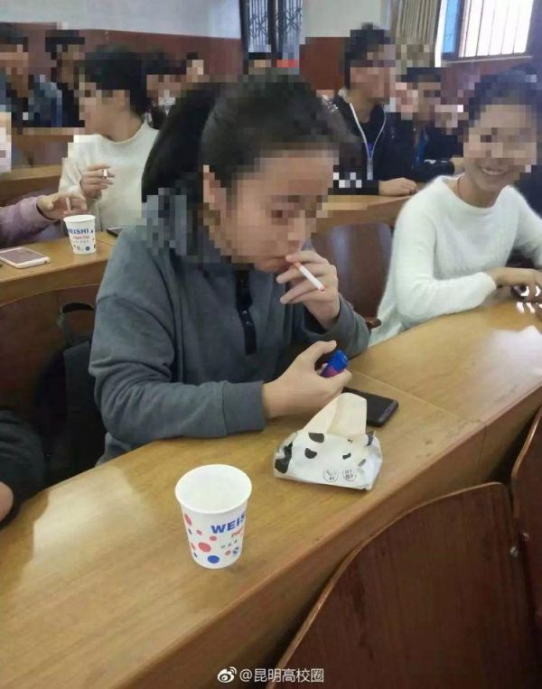 Студентам вуза разрешили курить на лекции, чтобы лучше понять предмет